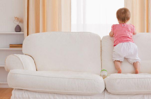 criança em pé sofá