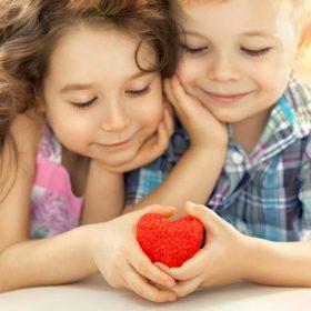 menino e menina fazendo um coração