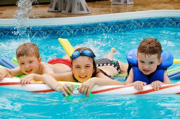 criança e piscina