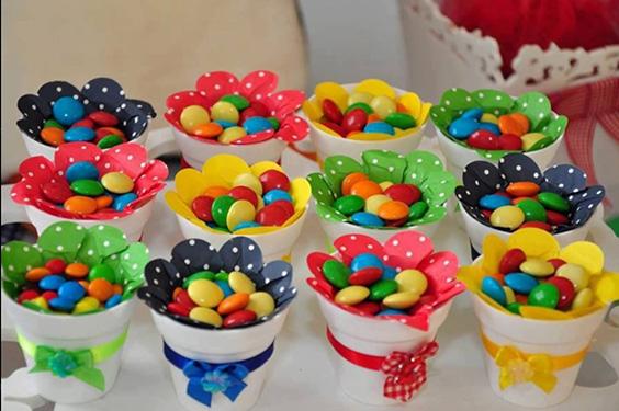 confetes para decorar a mesa masha e o urso