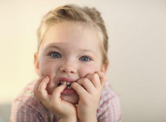 menina-roendo-unhas