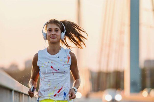 mulher-correndo-cidade