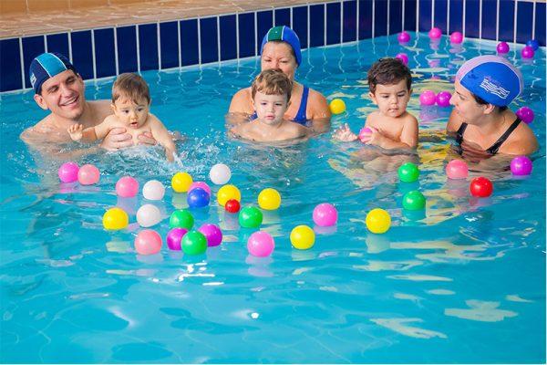 natação infantil, pais e bebês