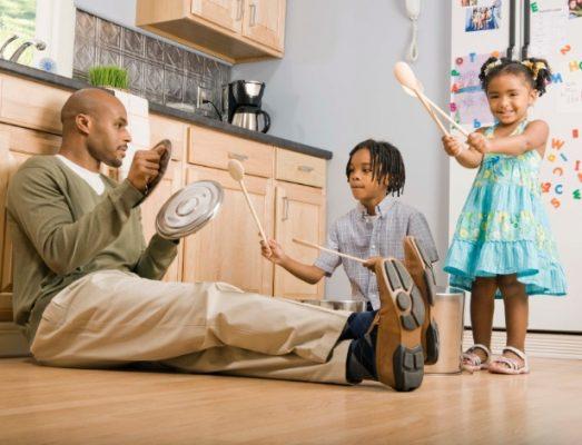 pai com filhos brincando