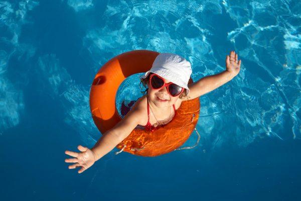 segurança na piscina com crianças